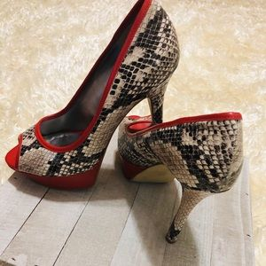 GUESS Gwnanci Snake Skin Red Lined Pumps. Size 6.5